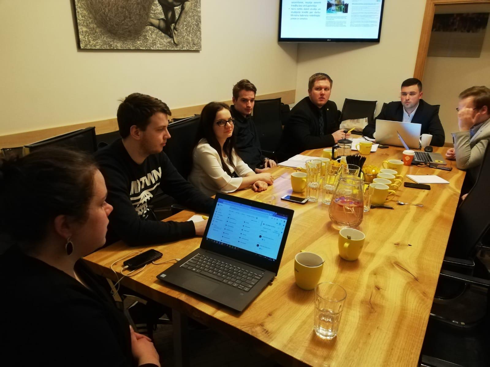 """""""Attīstībai / Par"""" jaunieši rīkoja diskusiju par augstāko izglītību Latvijā"""